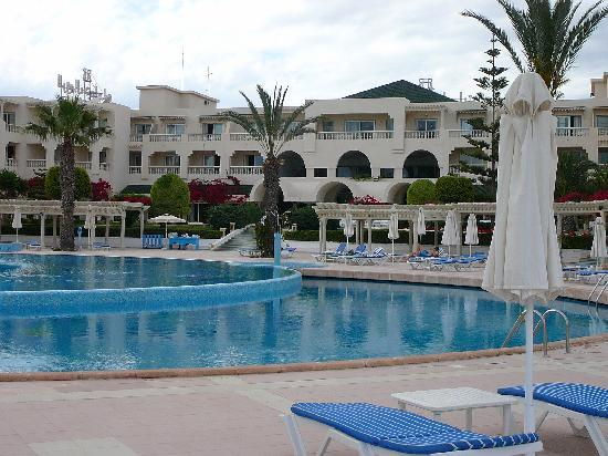 Hotel Le Royal Hammamet : The hotel from the poolside