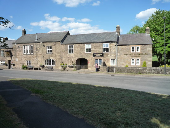 Darley Dale, UK: Outside Pub & Rooms on front.