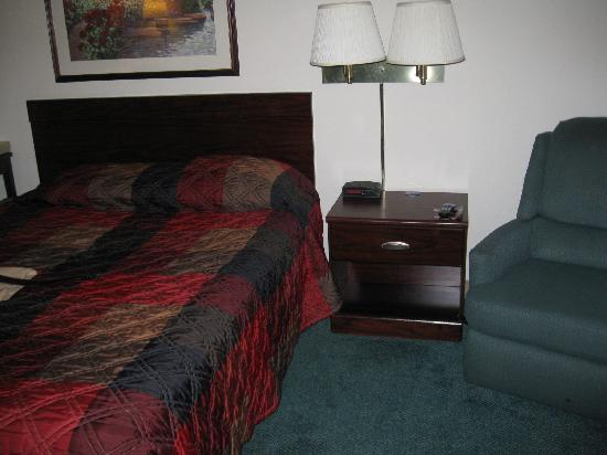 Extended Stay America - Detroit - Sterling Heights: Bed and Chair