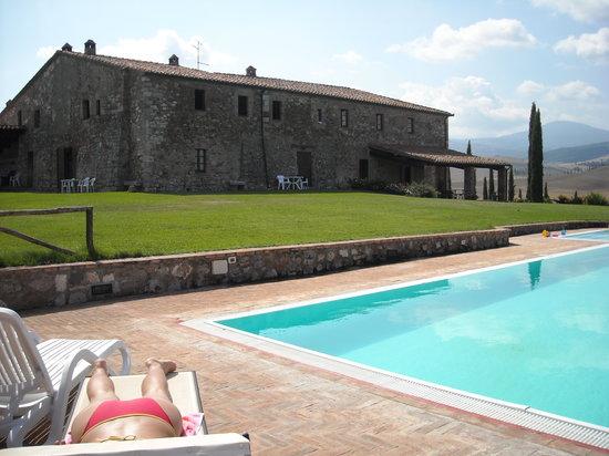 Poggio Covili: veduta del casale dalla piscina