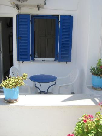 Captain Manolis Hotel: Patio outside