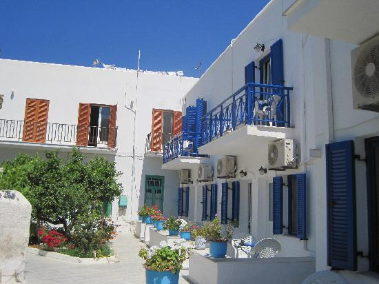 Captain Manolis Hotel: Cute courtyard - could be noisy if the hotel is full in high season