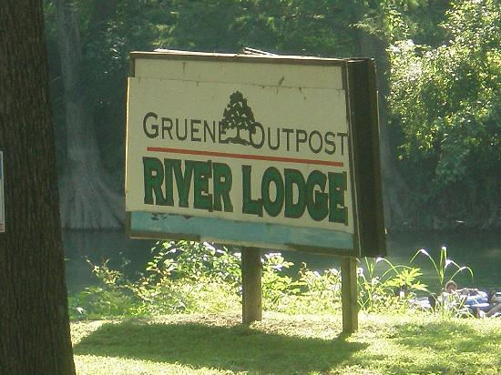 Gruene River Outpost Lodge: Giant sign on the rive so you know this is the spot to get out