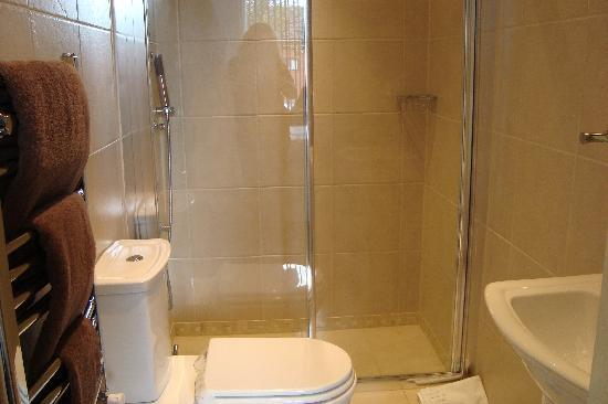 Stone House Lodge: Luxurious modern bathroom
