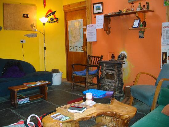 Rainbow Hostel: Cozy common room w/peat fire
