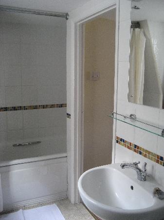 Beach Hotel: Bathroom