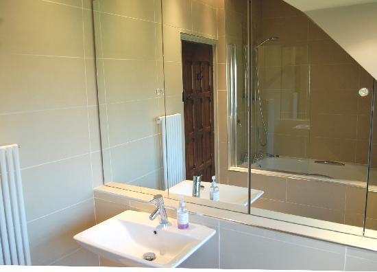 Arundel Holt Court: A bathroom