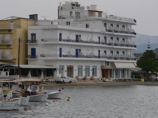 Tolon, Greece: Hotelfront mit Haupteingang und Strand