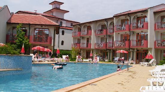 Sunrise Club Hotel: Pool side