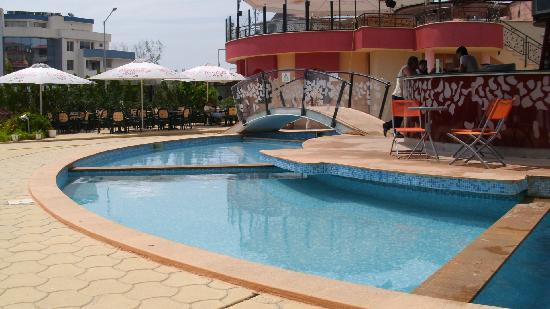 Sunrise Club Hotel: Pool side and bar