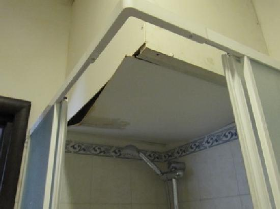 Relais Chigi: Parte superior de la ducha con la mancha