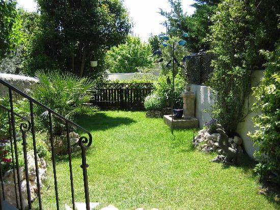 the garden picture of le petit jardin marseille tripadvisor. Black Bedroom Furniture Sets. Home Design Ideas