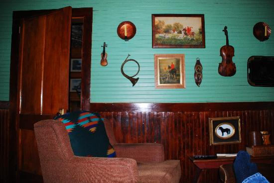 Stagecoach Inn: The TV room - we never wanted to turn it on!