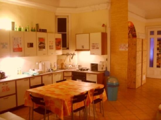 Oleander Hostel: kitchen