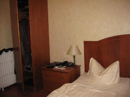 Kult-Hotel Auberge: Very basic room