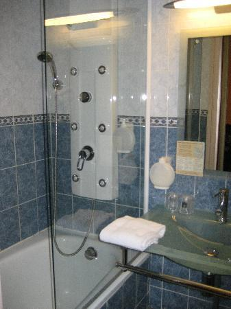Hotel Royal Aboukir: Bath and shower + jets