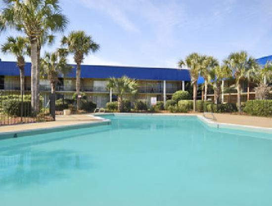Emerald Palms Hotel and Conference Center: Emerald Palm Court Yard & Pool