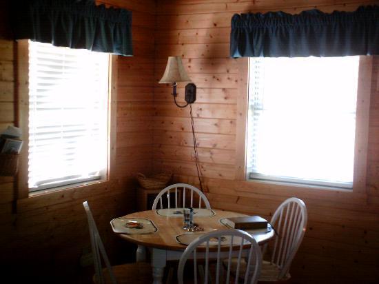 Cabins On Laurel Creek: Nice dining area.