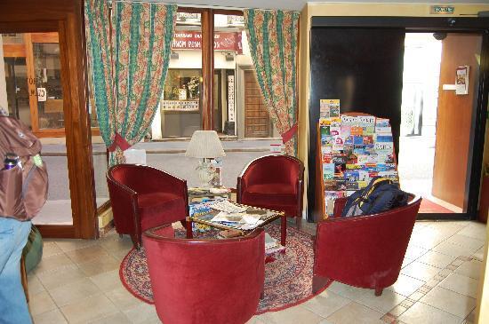 Hotel Louvre Sainte Anne: Reception Area