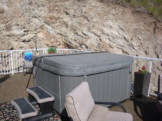 KeriGlen Lakeview Bed & Breakfast: Hot tub!