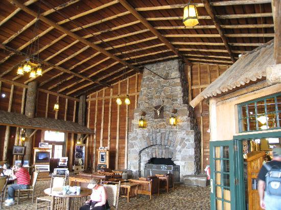Old Faithful Lodge Cafeteria & Bake Shop: Nice part of lodge with fireplace