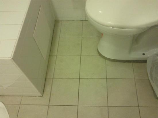 Warners at the Bay: Dirty bathroom floor