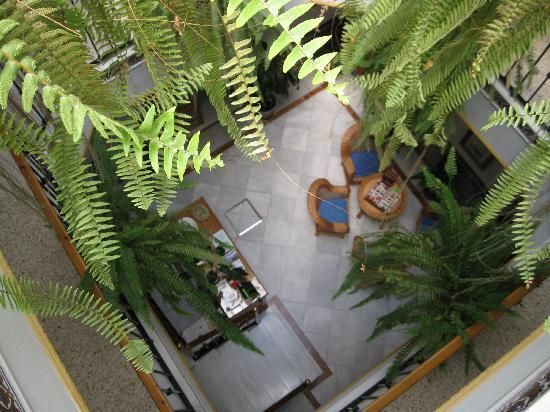 Pension Cordoba: view from top floor to foyer
