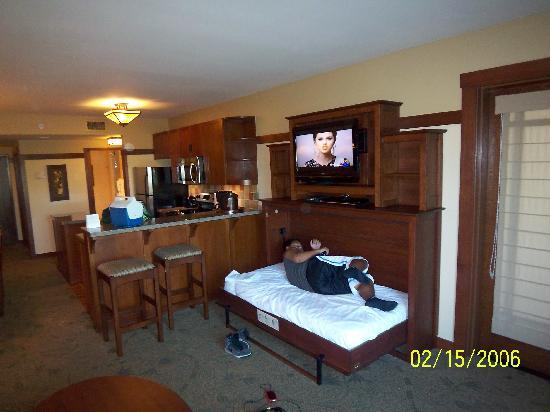 DVC Villas: Trundle bed open under Flat Screen TV   Picture of