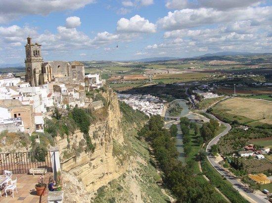 Arcos de la Frontera, España: Blick vom Hotel auf Altstadt