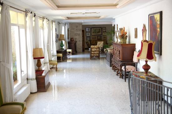 GHT Hotel Neptuno: Main hallway leading to/from dining room