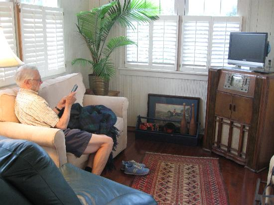 Linwood Bed & Breakfast : Sunny sitting/TV room with antiques