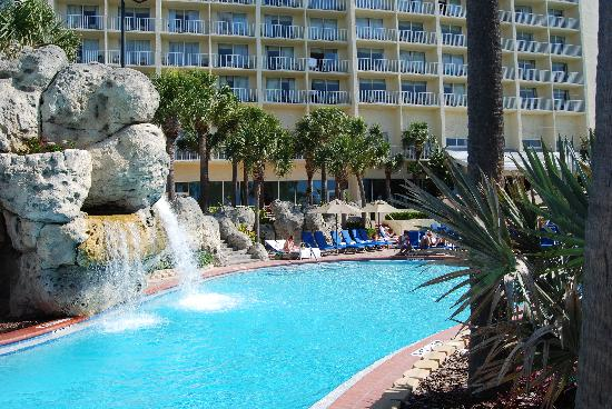 Clearwater Beach Marriott Suites on Sand Key: Pool area and waterfall