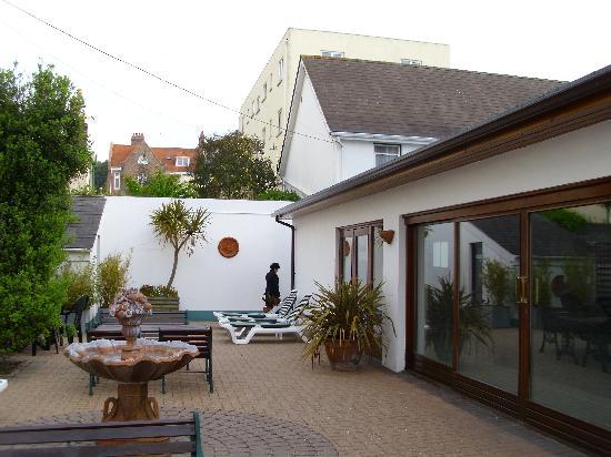 Norfolk Lodge Hotel: swimingpool and sun terras