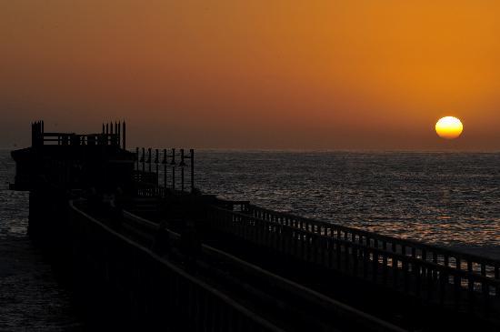 Swakopmund, Namibië: Sonnenuntergangsstimmung auf der Restaurantterrasse an der ehemaligen Landungsbrücke