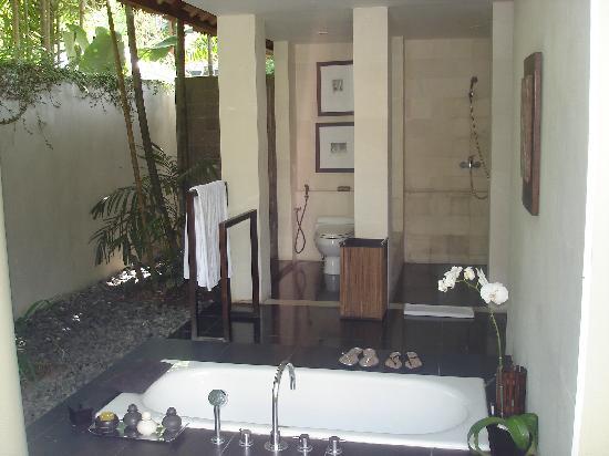 Kayumanis Nusa Dua Private Villa & Spa : la salle de bain semi ouverte de la villa