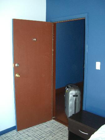Broadway Hotel and Hostel: Zimmer 713 (Tür)