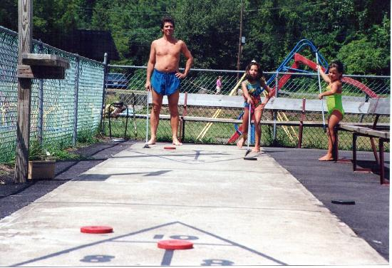 Blackthorne Resort: Shuffle board, horseshoes, near the playground near the pool.