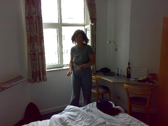 Saga Hotel: kleines aber feines Zimmer m. Blick in den Hinterhof