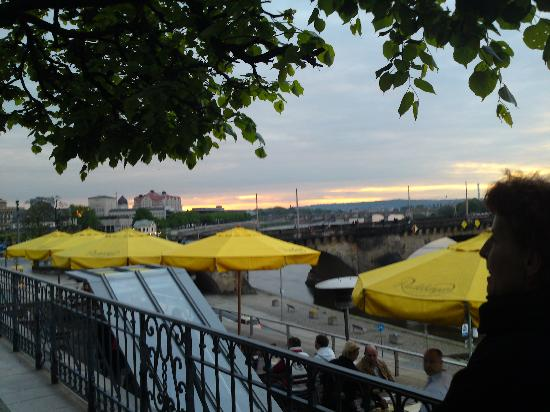 Radeberger Spezialausschank : Blick über die Sonnenterrasse auf die Elbe
