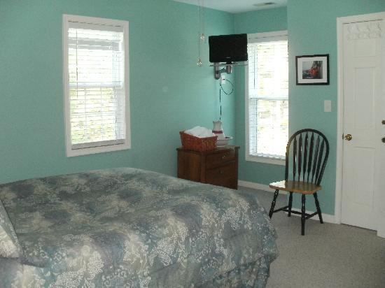 Wanchese Inn B&B: One of the smaller bedrooms, with small flat screen TV