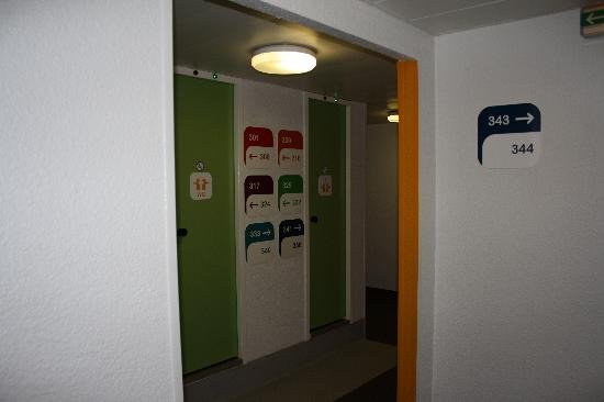 hotelF1 Marne la Vallee Collegien: Toilets and showers