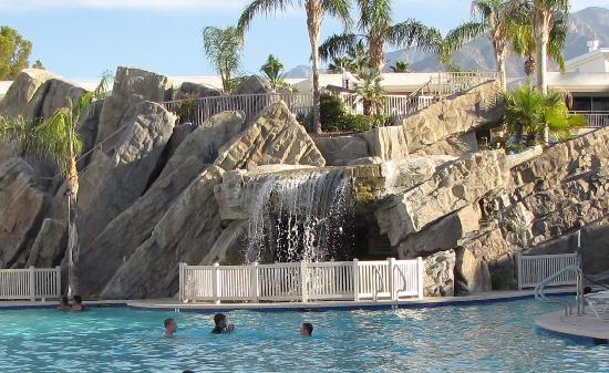 Palm Canyon Resort & Spa: Waterfall in the middle of the pool