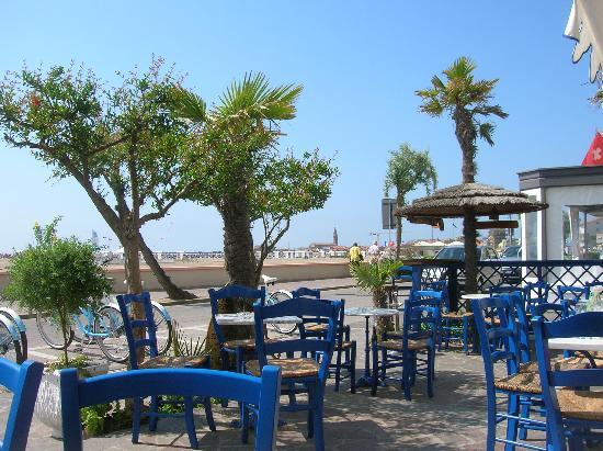 Hotel Serena: die Enoteca mit Blick auf Strand und Altstadt