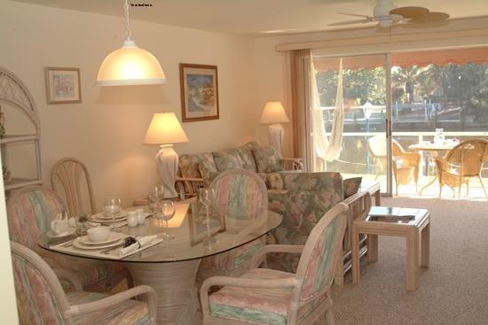 Beach Road Villas: Spacious dining room & living room