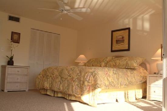 Beach Road Villas: Master bedroom wth king-sized bed