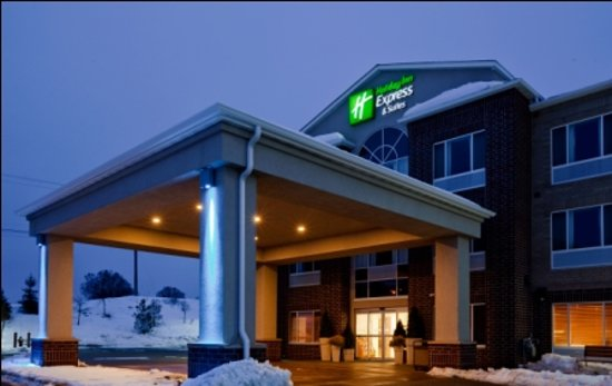 Holiday Inn Express Chanhassen: Chanhassen exterior entrance at night!