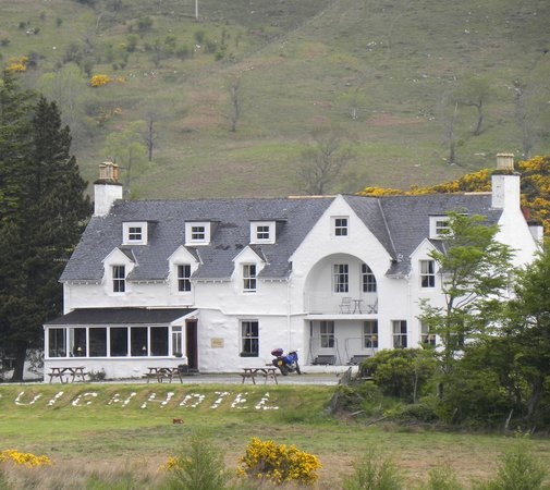 Loch Duich Hotel: The hotel with the m/bike outside