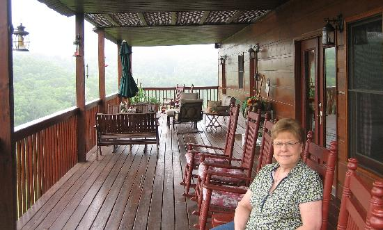 Berry Springs Lodge: Enjoying the view on the balcony by the Breakfast Room