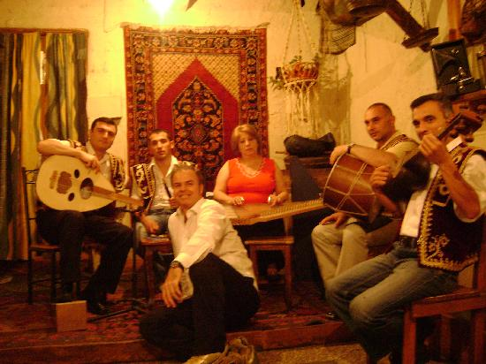 Mer Gyugh / Our Village Restaurant : the armenian musicians