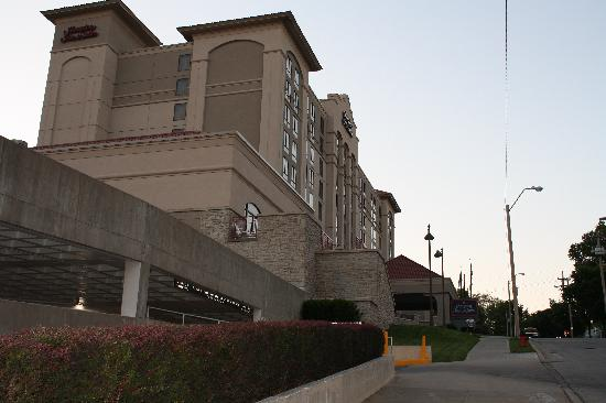 Hampton Inn & Suites Kansas City Country Club Plaza: hotel exterior